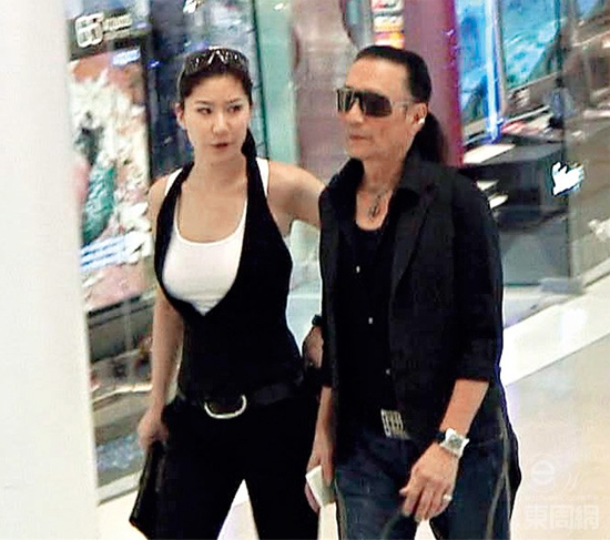 Chia tay cô bồ kém 49 tuổi, bố Tạ Đình Phong tới hàn huyên với vợ cũ