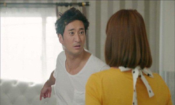Chồng cứ đi tăng ca là sáng hôm sau về thấy vợ ôm hết ga giường đi giặt