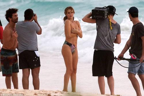 Chụp bikini giữa dàn trai lạ, hôn thê Người vận chuyển bình tĩnh dù lộ ngực
