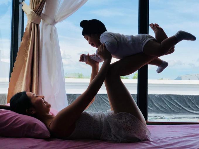 Con trai Khánh Hiền thích thú chơi đùa cùng bố mẹ