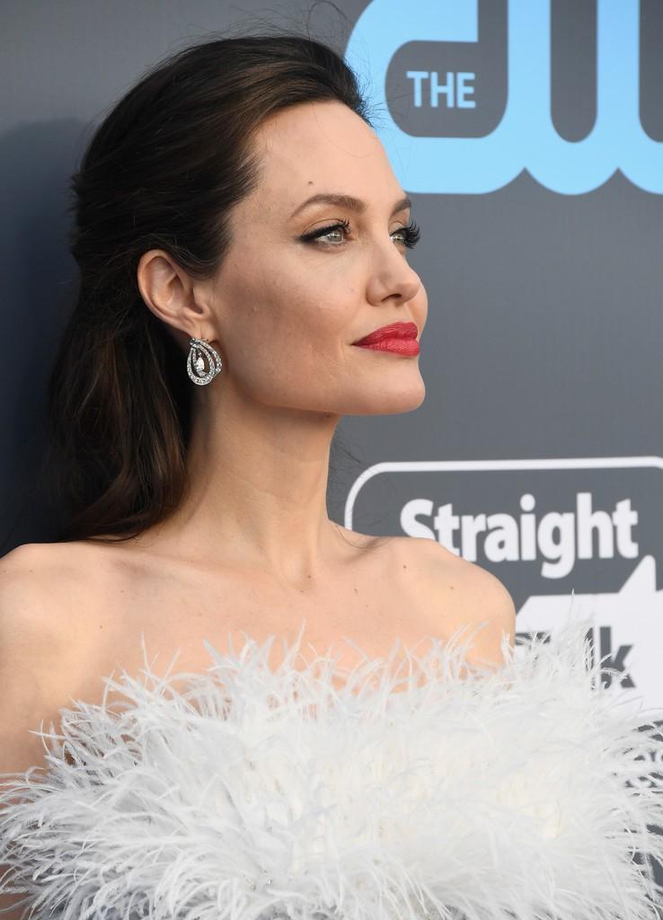 Cuộc chiến nhan sắc không cân sức giữa Angelina Jolie, Wonder Woman và dàn mỹ nhân trên thảm xanh