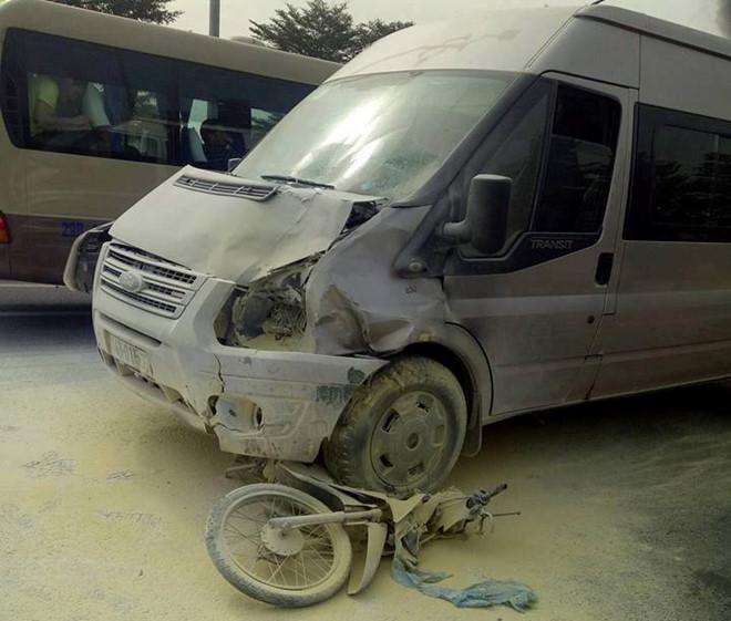 Ford Transit bốc cháy sau va chạm xe máy, một người tử vong