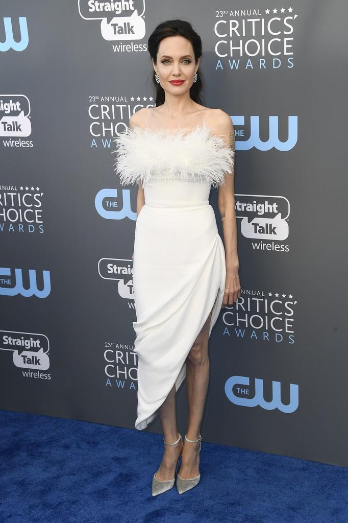Loạt ảnh chứng minh ở tuổi 42, Angelina Jolie vẫn là báu vật nhan sắc của nước Mỹ không ai bì được