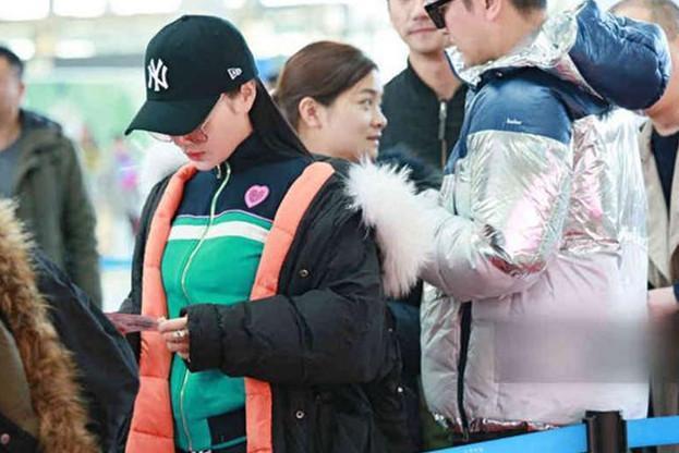 Sự thật đằng sau bức ảnh Lý Tiểu Lộ - Giả Nãi Lượng tình tứ xuất hiện tại sân bay giữa tâm bão scandal