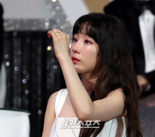 Taeyeon khóc khi Lee Hi không thể hoàn thành màn biểu diễn tưởng nhớ Jonghyun