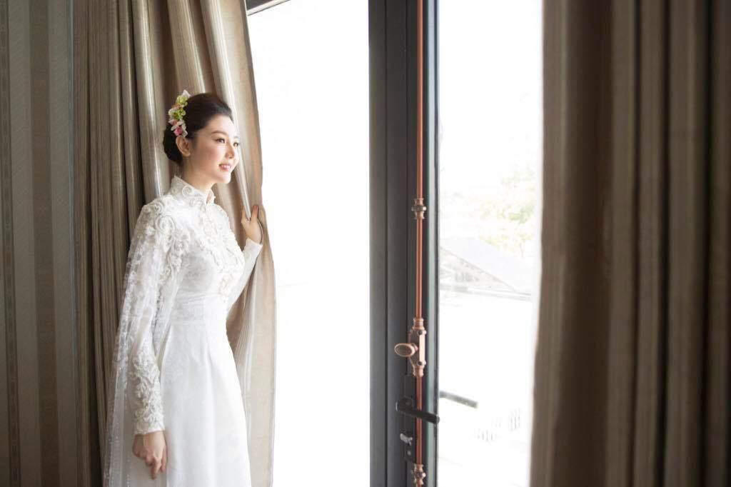 Nữ hoàng sắc đẹp Ngọc Duyên đeo vàng nặng trĩu trong ngày cưới tại Vũng Tàu