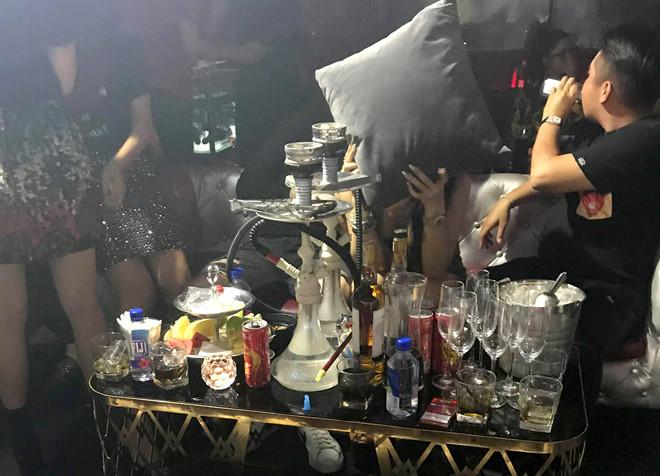 Bắt quả tang tiếp viên mặc bikini múa cột trong quán bar