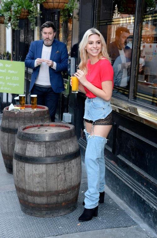 Cô mẫu liều mặc quần jean vô duyên ra phố và kết quả bất ngờ