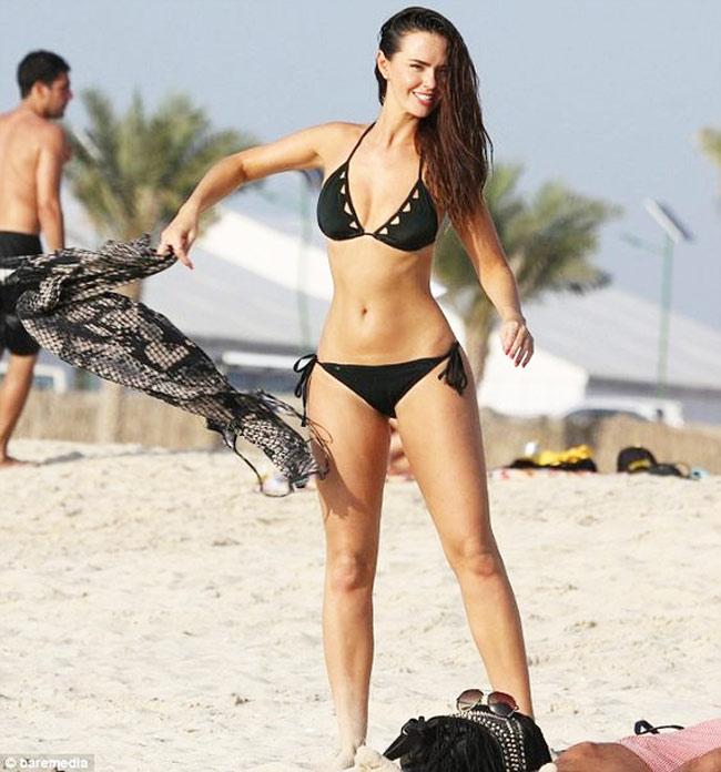 Đứng hình vì bikini nhỏ xíu của người đẹp có vòng 3 hot nhất Anh quốc