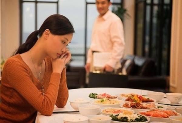 Hôn nhân không êm ấm, người phụ nữ nghĩ đến phận ba đời chồng