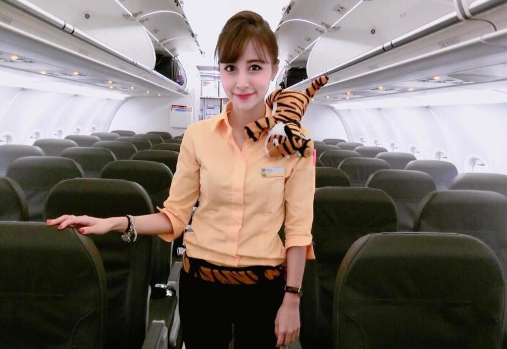 Nữ tiếp viên hàng không nổi tiếng trên mạng vì xinh như hot girl