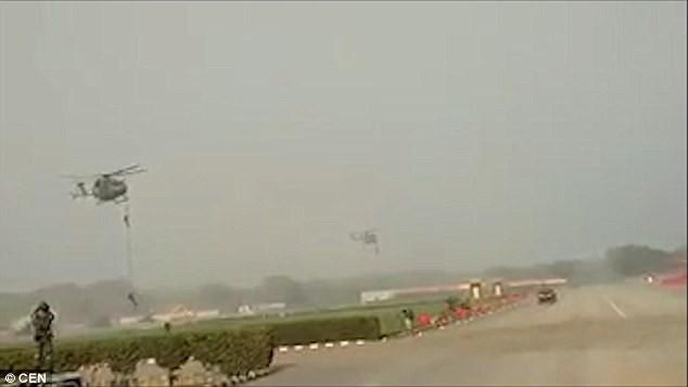 3 binh sĩ Ấn Độ rơi khỏi trực thăng vì đứt thang dây