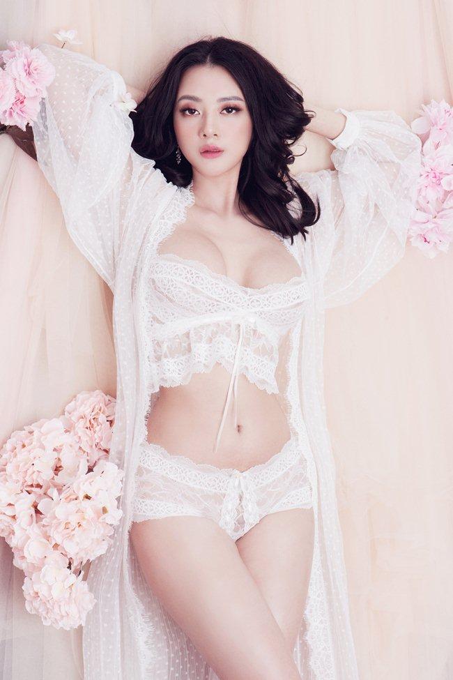 Quên lối về vì thân hình phồn thực quá nữ tính của mẫu nội y Hà Thành