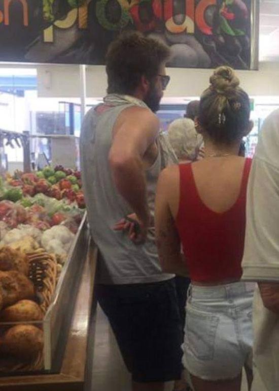 Miley Cyrus quây quần bên bố mẹ chồng tương lai ở Australia