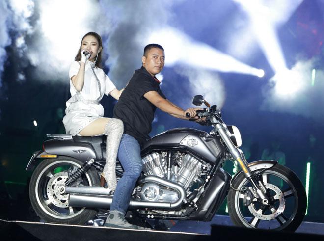 Minh Hằng cưỡi mô tô phân khối lớn lên sân khấu