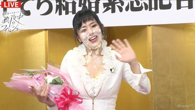 Thánh nữ phim cấp ba mở họp báo riêng khoe nhẫn cưới, hết lời ca ngợi chồng: Anh ấy cầu hôn tôi trong nhà hàng