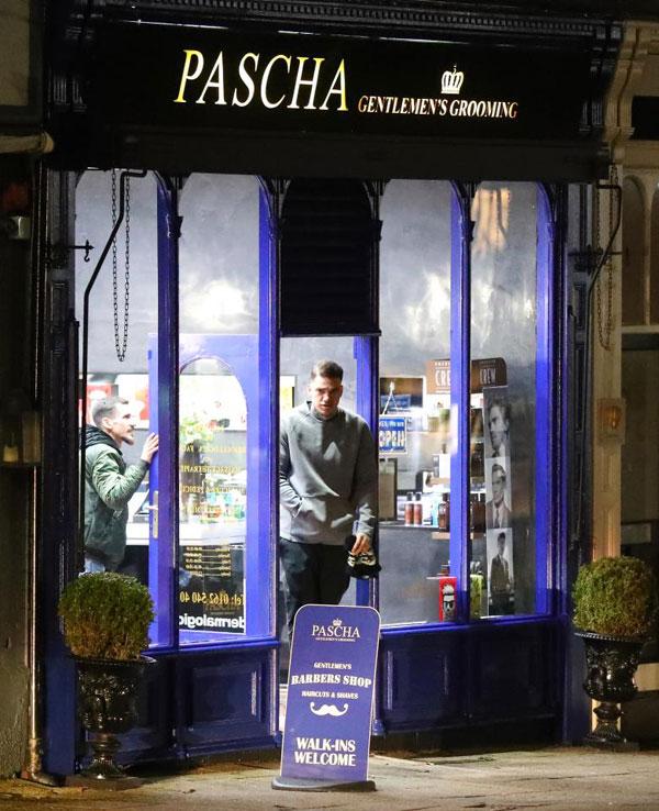 Thủ môn Man City đưa thợ riêng tới cửa hàng cắt tóc