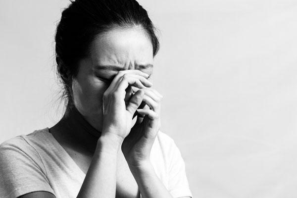 Vừa thấy chồng tương lai của con về ra mắt mẹ đẻ khóc ngất ngay tại chỗ, nhất quyết bầu cũng không cho cưới