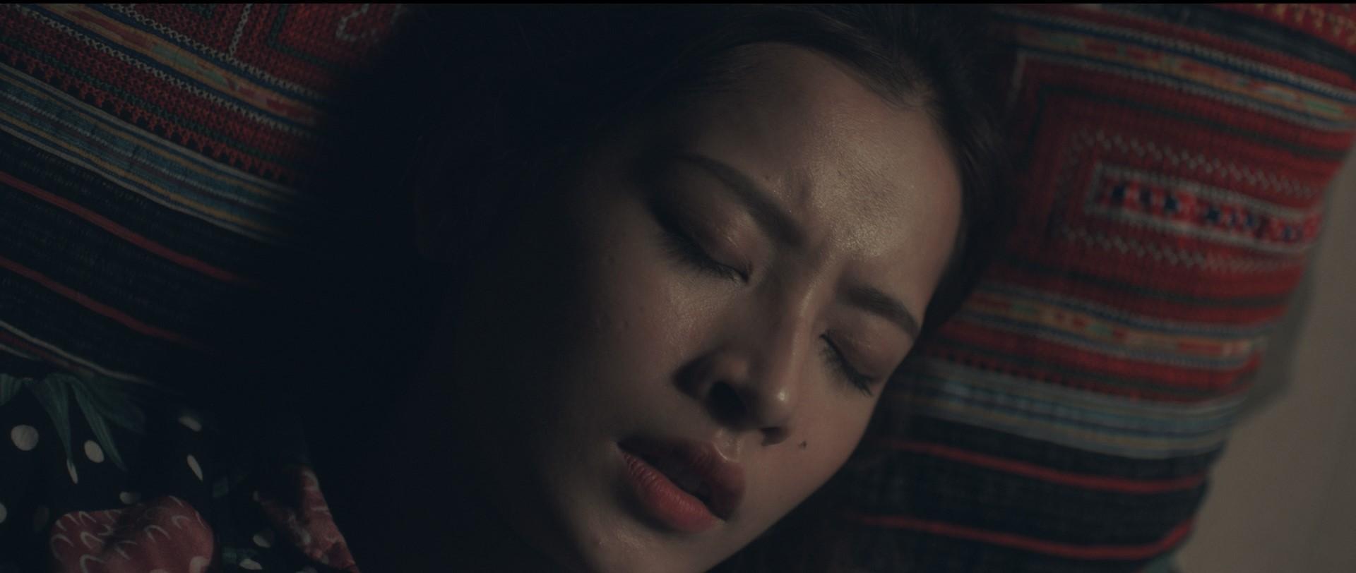 Không chỉ là cầu nối tâm linh trên phim, Chi Pu còn đưa luôn nữ thần mới Chae Yeon về Việt Nam