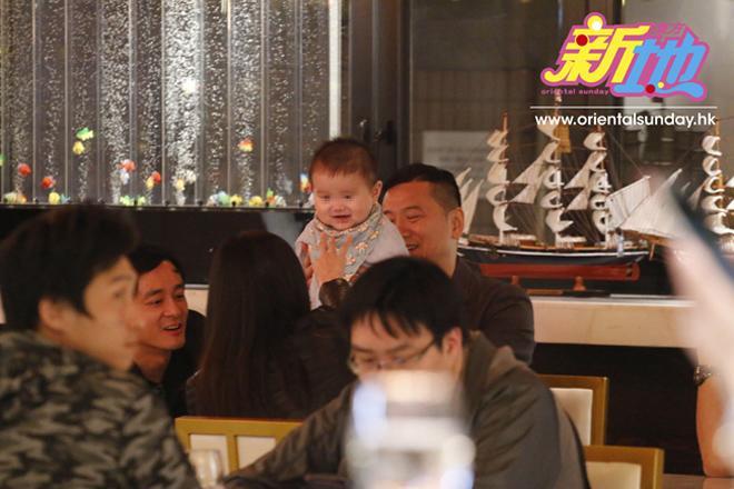 Ốm nghén vì có bầu lần 2, HH Hong Kong không thể chơi cùng con trai mới 9 tháng tuổi