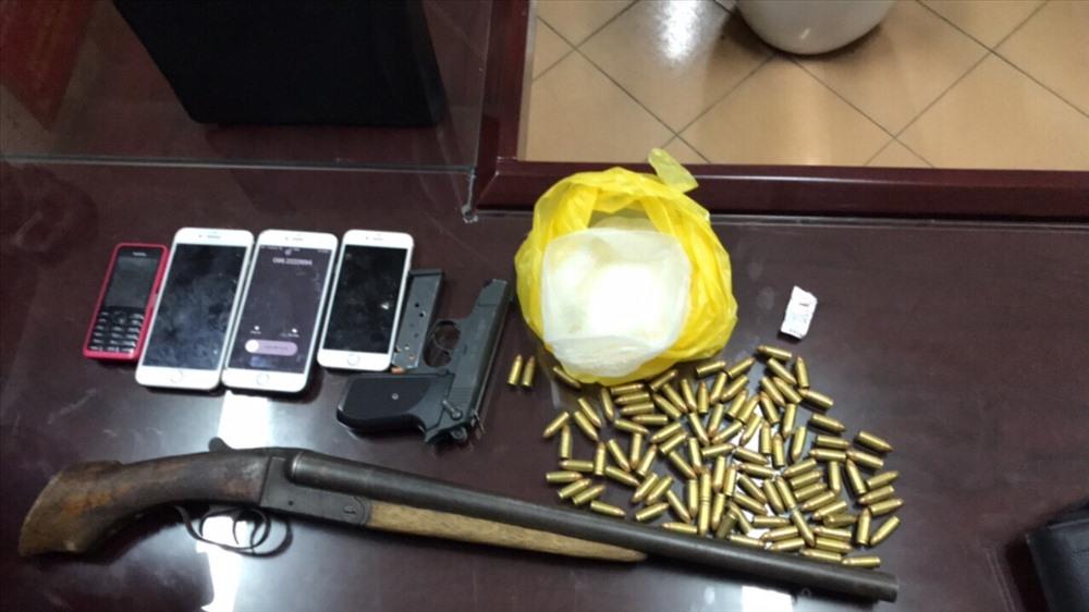 Kiểm tra xe, phát hiện 2 khẩu súng cùng hơn trăm viên đạn