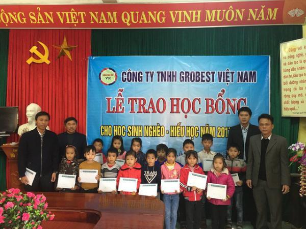 Quảng Bình: 150 học sinh nghèo hiếu học nhận học bổng Grobest