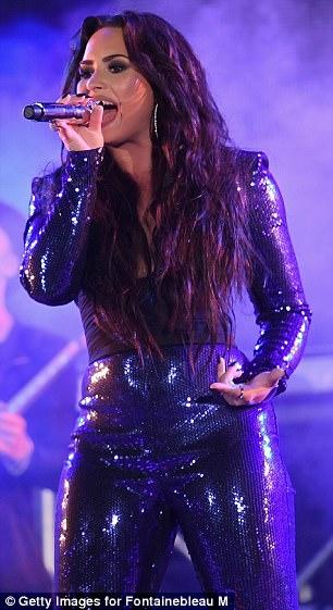 Demi Lovato chơi lớn đầu năm khi diện trang phục thả rông đốt mắt khán giả