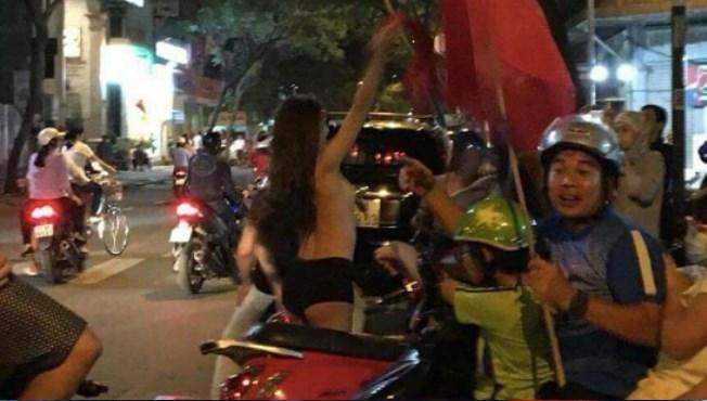 Danh tính bất ngờ của hot girl cởi hết áo ăn mừng chiến thắng lịch sử của U23 Việt Nam