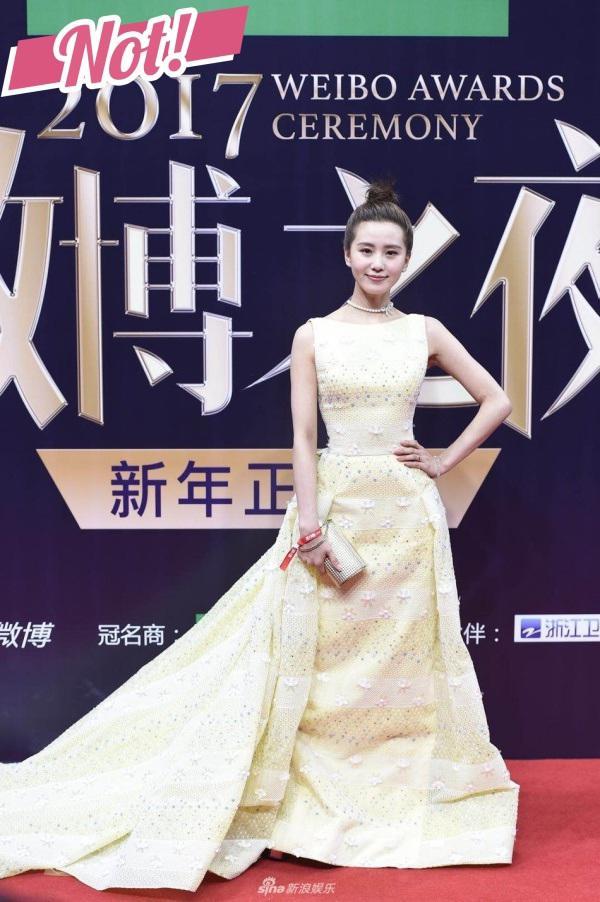 Hoa hậu đụng hoa hậu chan chát trong sắc vàng nóng bỏng ngày cuối năm
