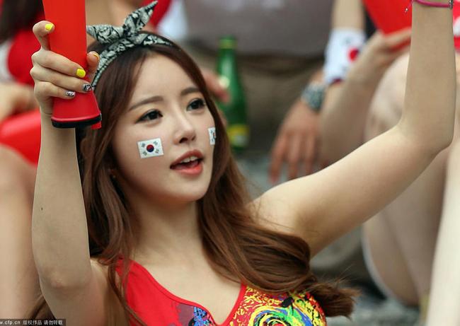 """co dong vien han quoc xinh dep mac mat me di xem bong da 5d1bea Cổ động viên Hàn Quốc xinh đẹp mặc """"mát mẻ"""" đi xem bóng đá"""