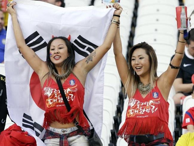 """co dong vien han quoc xinh dep mac mat me di xem bong da 6076b1 Cổ động viên Hàn Quốc xinh đẹp mặc """"mát mẻ"""" đi xem bóng đá"""