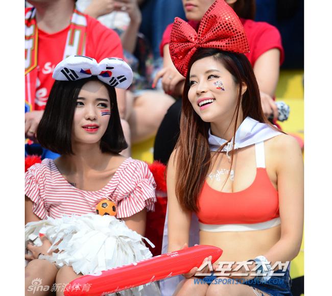 """co dong vien han quoc xinh dep mac mat me di xem bong da ead367 Cổ động viên Hàn Quốc xinh đẹp mặc """"mát mẻ"""" đi xem bóng đá"""