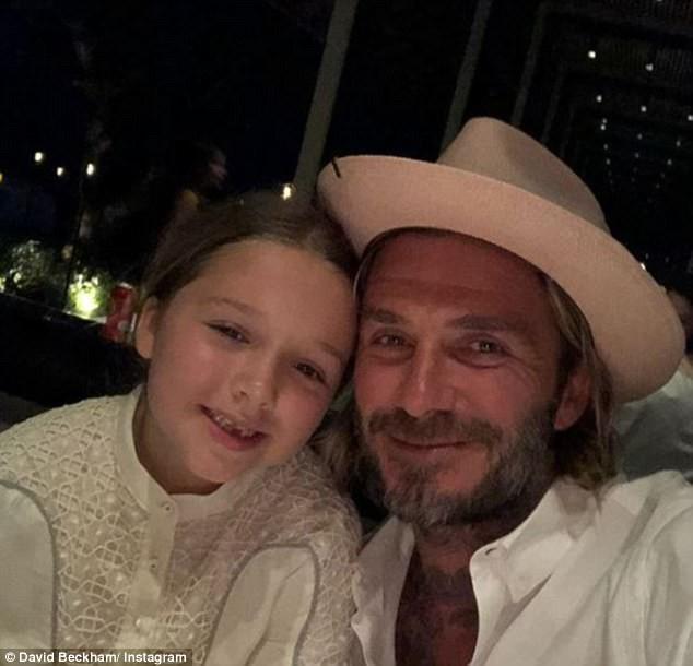 Bố con Harper Beckham bắt chước cảnh ngậm cùng một sợi mì siêu đáng yêu trong phim hoạt hình