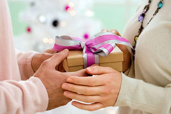 Lộn tiết vì món quà chồng dành tặng cô bạn thân trong ngày cưới