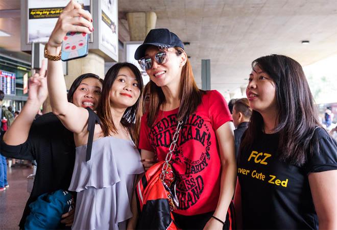 Vợ chồng Tiểu Long Nữ U50 vẫn trẻ trung ngỡ ngàng khi xuất hiện ở TP.HCM