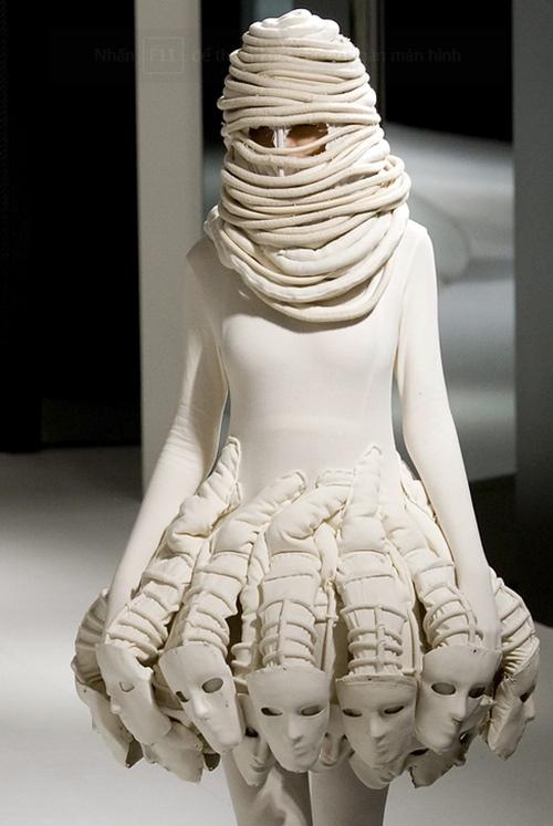Choáng với bộ đồ cô dâu lộ 90% cơ thể, đố ai dám mặc