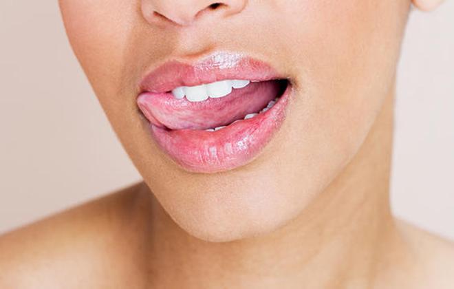 Thay đổi lại thói quen hằng ngày ngay nếu bạn không muốn cực khổ tẩy da chết môi!