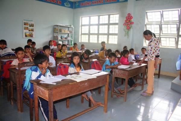 Cắt hợp đồng hơn 200 giáo viên, nhân viên: Trường lại thiếu giáo viên