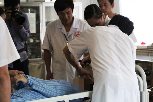Con gái nghiện điện thoại, bố mẹ phải đánh thuốc mê cho vào viện