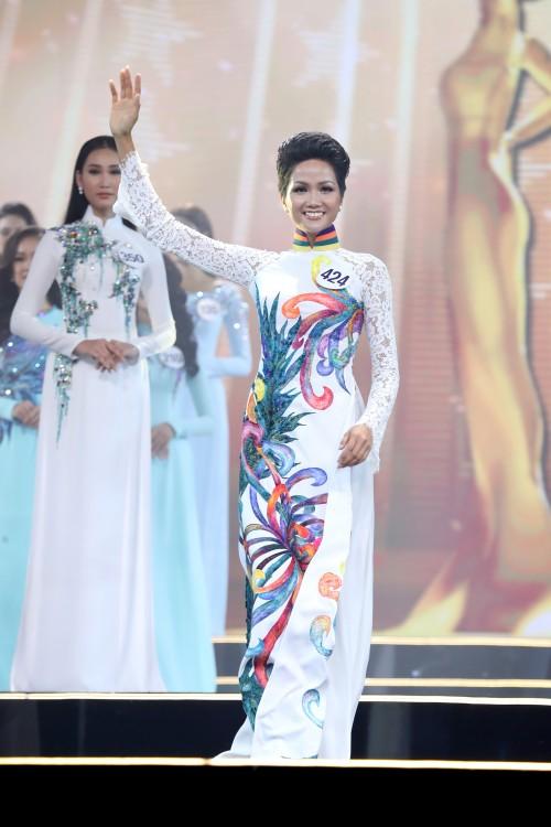 Tuyển tập những bộ cánh 'may mắn' giúp H'Hen Niê đăng quang Hoa hậu Hoàn vũ Việt Nam 2017