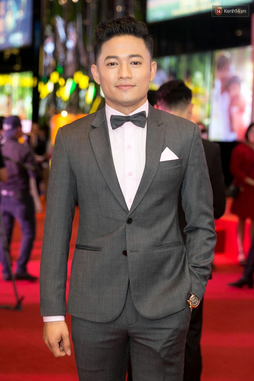 Vừa mới cưới, Lâm Khánh Chi hạnh phúc cùng chồng đi ra mắt phim