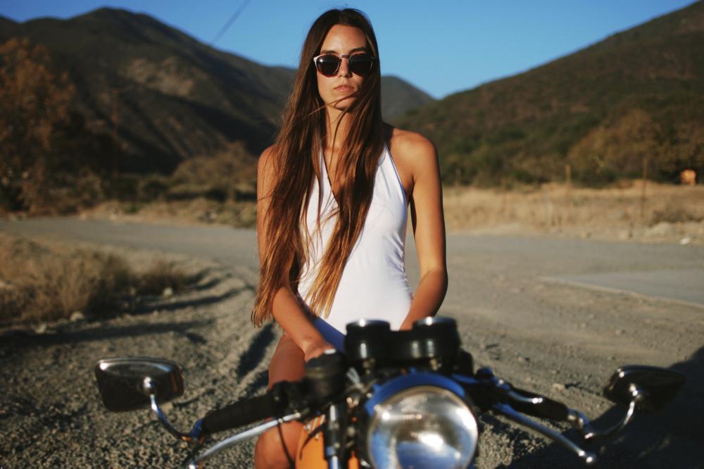 Cô nàng tóc vàng đẹp lạ cùng xế độ Ducati - Hình 6