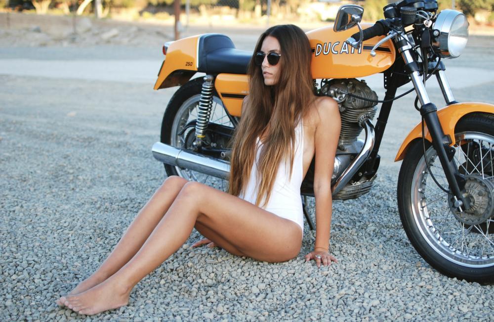 Cô nàng tóc vàng đẹp lạ cùng xế độ Ducati - Hình 1