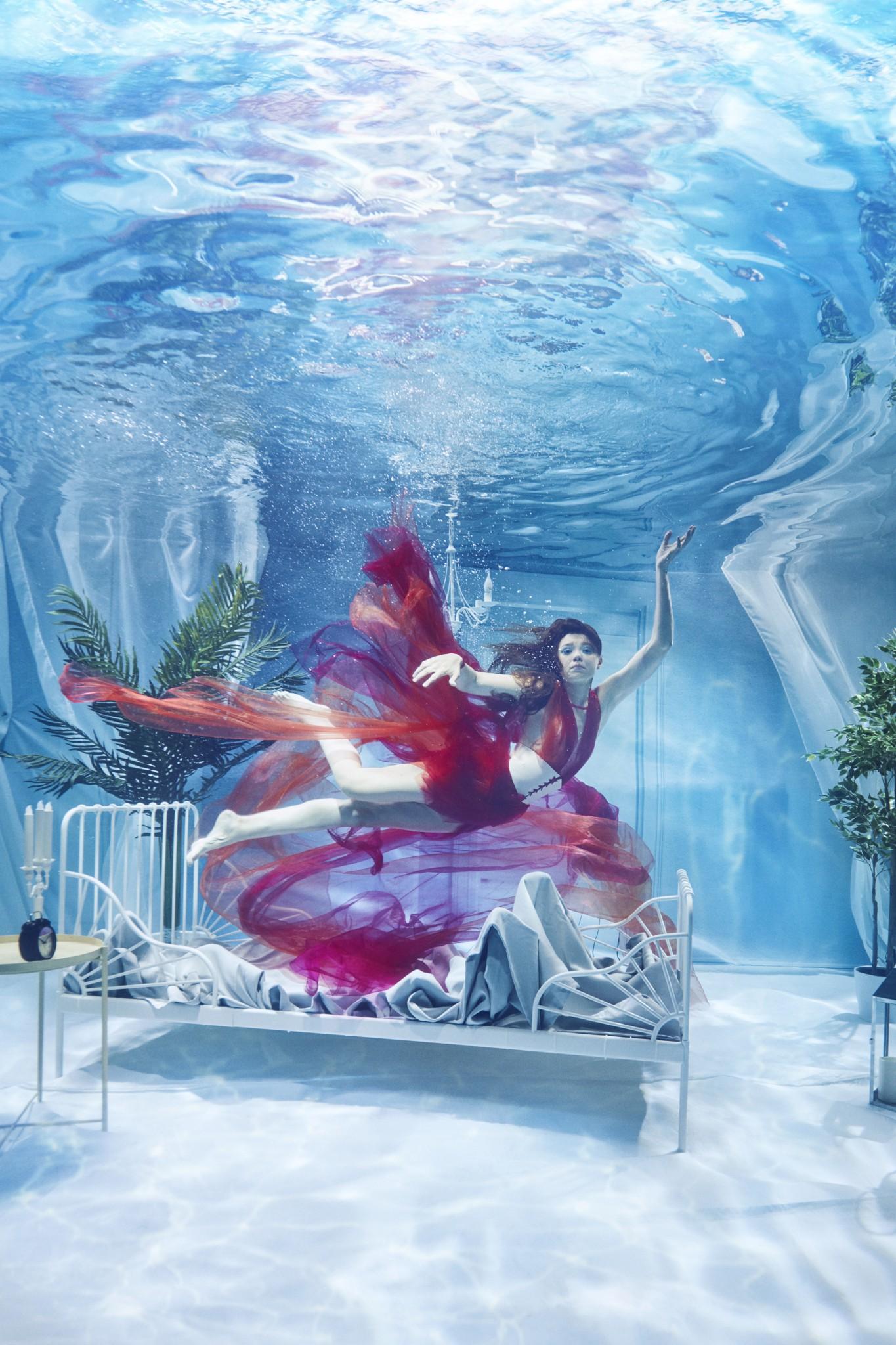 Chụp ảnh dưới nước, thí sinh Next Top Ba Lan không tránh khỏi biểu cảm trợn mắt như... chết trôi - Hình 2