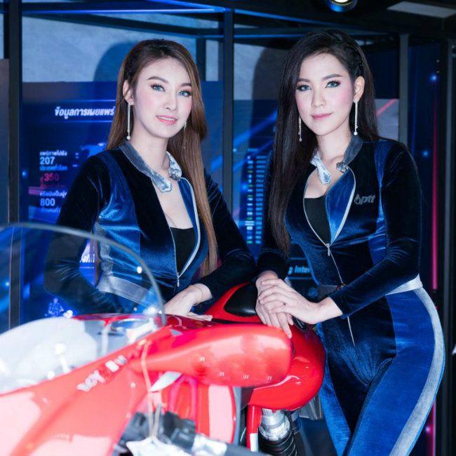 Dung nhan tuyệt sắc của các mỹ nhân bên cạnh các siêu môtô cáu cạnh - Hình 2