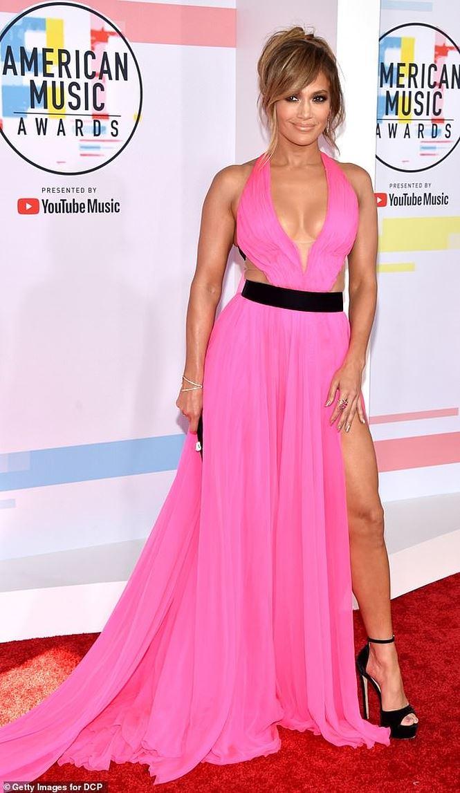 Jennifer Lopez quyến rũ hút hồn với đầm khoét ngực xẻ cao - Hình 1