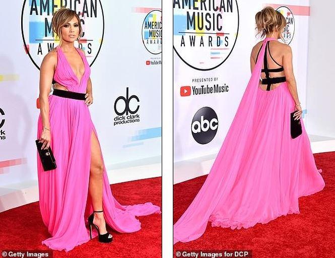 Jennifer Lopez quyến rũ hút hồn với đầm khoét ngực xẻ cao - Hình 4