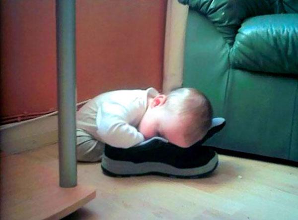 Khi các em bé ngủ bất cứ đâu chúng muốn - Hình 9