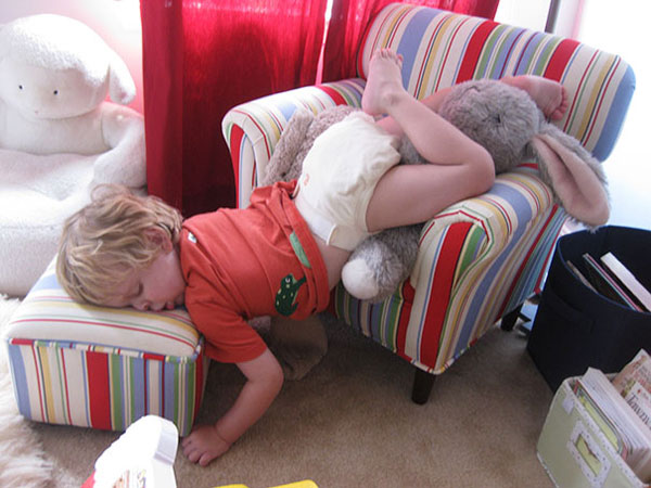 Khi các em bé ngủ bất cứ đâu chúng muốn - Hình 12