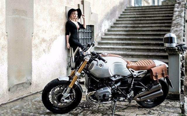 Mẫu Tây vừa quý phái vừa sexy bên cạnh siêu môtô BMW R NineT - Hình 2